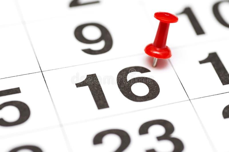 Pin在日期数16 第十六日标记用一个红色图钉 在日历的Pin 库存照片