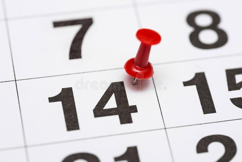 Pin在日期数14 第十四日标记用一个红色图钉 在日历的Pin 免版税库存照片
