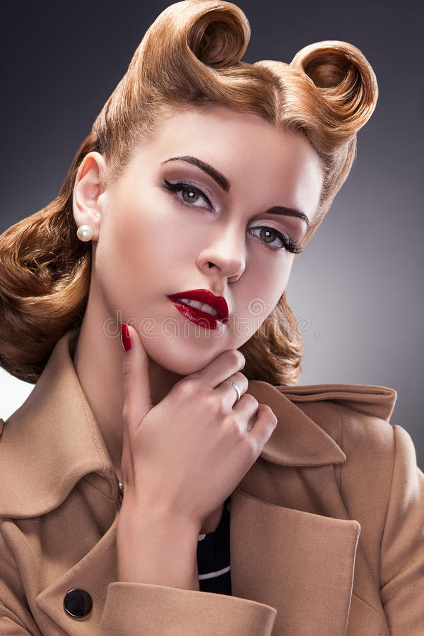 Pin的优等和时髦妇女减速火箭的样式-骄傲的人员 库存图片