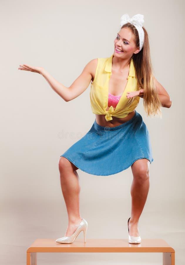Pin вверх по танцам девушки на таблице с пустой ладонью руки стоковые фотографии rf