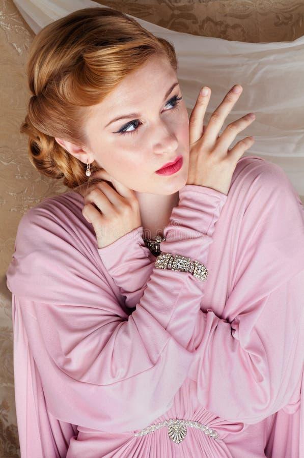 pin-Acima do estilo dos anos 40 disparado da mulher nova bonita foto de stock