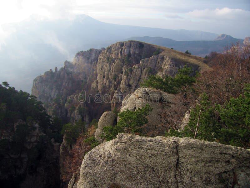 Pin-Arbres sur les roches de montagne de Demerdzhi photographie stock
