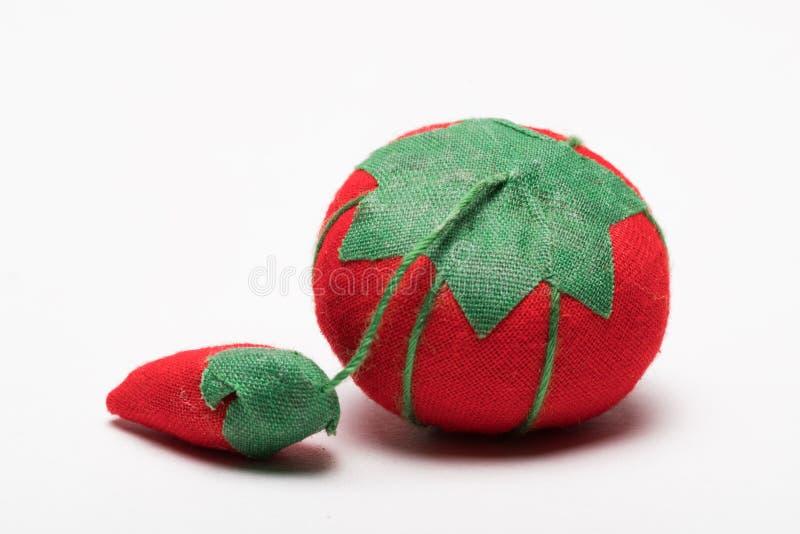Pin Cushion zonder spelden uit rode en groene stof worden gemaakt die royalty-vrije stock afbeelding