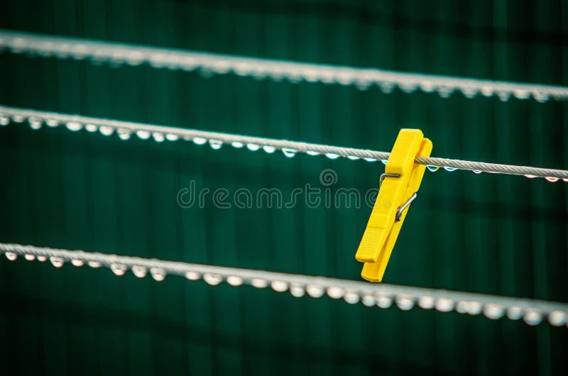 Pin de roupa amarelo foto de stock royalty free