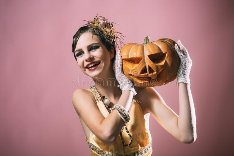 Pin di Halloween sul modello di moda grazioso su fondo rosa fotografie stock libere da diritti