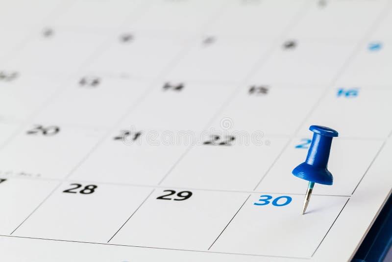 Pin en calendario en el trigésimo del mes fotografía de archivo libre de regalías
