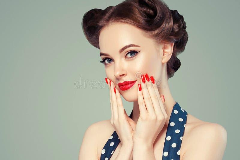 Pin encima del vintage de la muchacha Retrato modelo del estilo de la mujer hermosa en vestido retro y maquillaje, manos de los c foto de archivo
