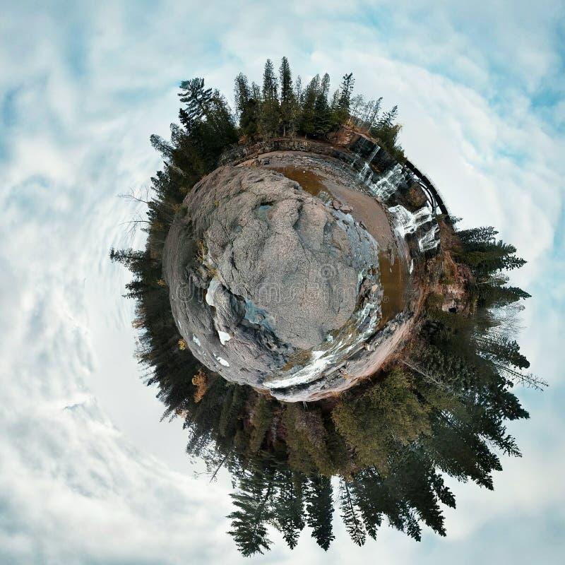 Pin et cascade minuscules de planète photos libres de droits