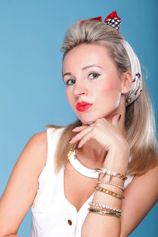 Download Pin Herauf Artporträt-Blauhintergrund Des Mädchens Retro Stockfoto - Bild von stift, attraktiv: 27731668
