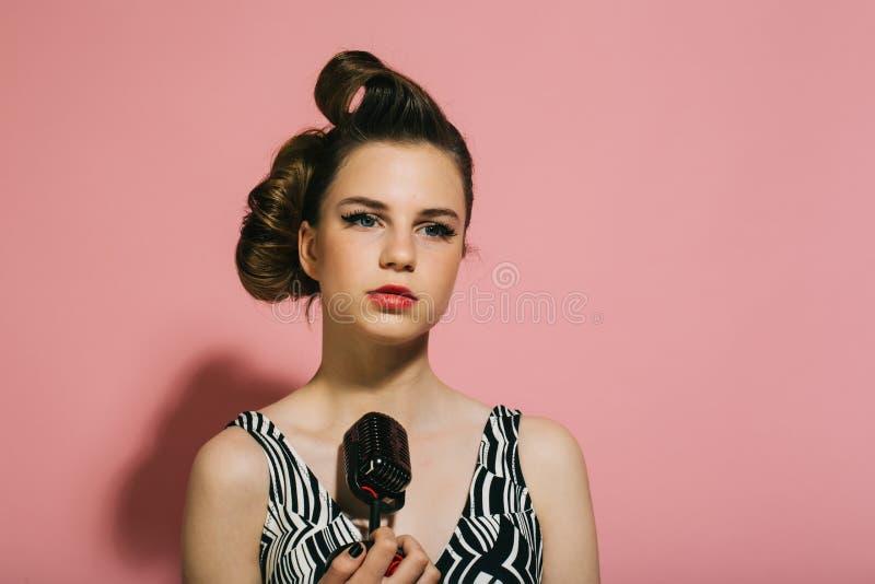 Pin herauf junges Mädchen auf rosa Hintergrund, Radio lizenzfreie stockfotografie