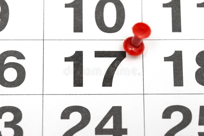 Pin la date numéro 17 Le dix-septième jour du mois est identifié par une punaise rouge Pin sur le calendrier Concept de calendrie photo libre de droits