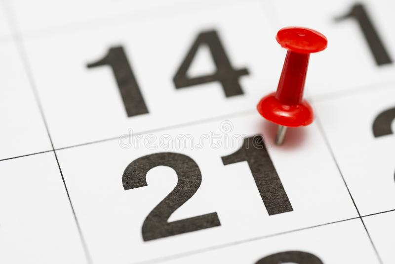 Pin la date numéro 21 Le premier jour vingt du mois est identifié par une punaise rouge Pin sur le calendrier photographie stock libre de droits