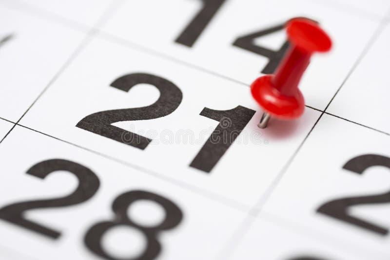 Pin la date numéro 21 Le premier jour vingt du mois est identifié par une punaise rouge Pin sur le calendrier photos libres de droits