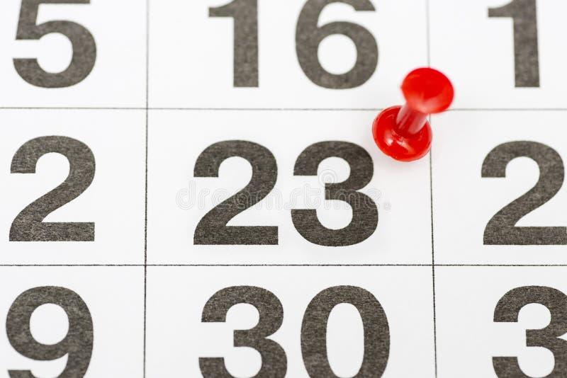 Pin la date numéro 23 Le vingt-troisième jour du mois est identifié par une punaise rouge Pin sur le calendrier Concept de calend images stock