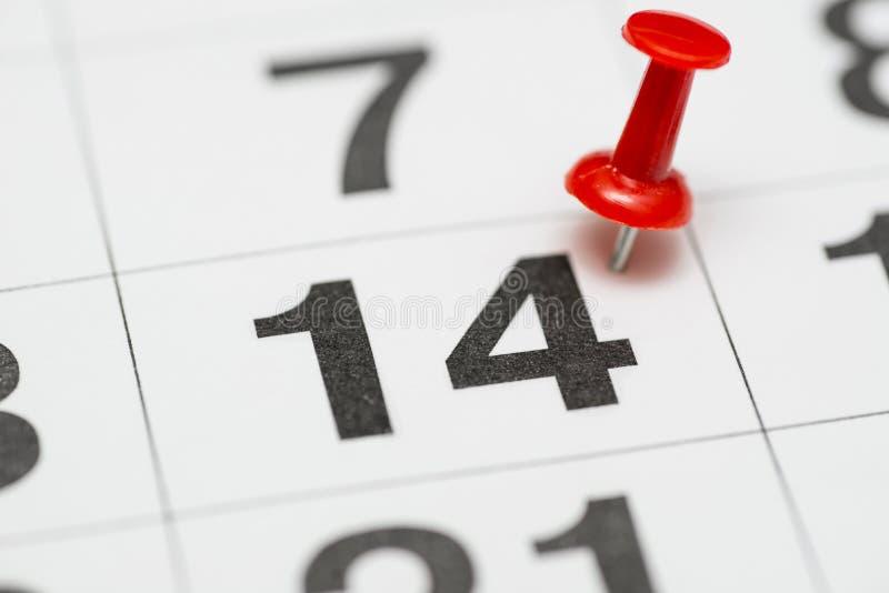 Pin na data número 14 O décimo quarto dia do mês é identificado por meio de um percevejo vermelho Pin no calendário imagens de stock royalty free
