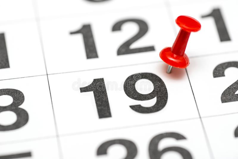 Pin na data número 19 O segundo dia vinte do mês é identificado por meio de um percevejo vermelho Pin no calendário foto de stock