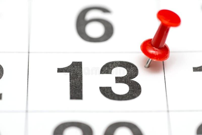 Pin na data número 13 O segundo dia vinte do mês é identificado por meio de um percevejo vermelho Pin no calendário imagens de stock royalty free