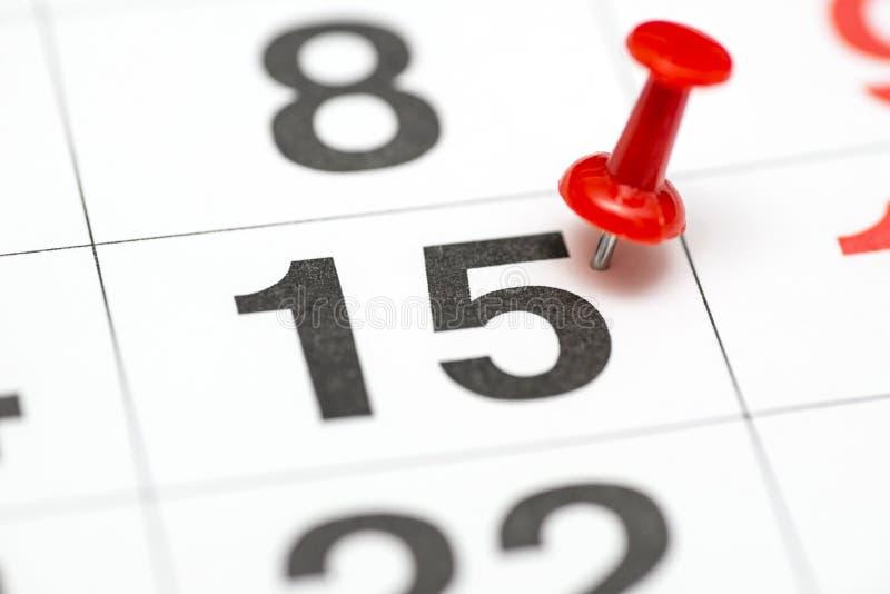 Pin na data número 15 O segundo dia vinte do mês é identificado por meio de um percevejo vermelho Pin no calendário imagens de stock royalty free
