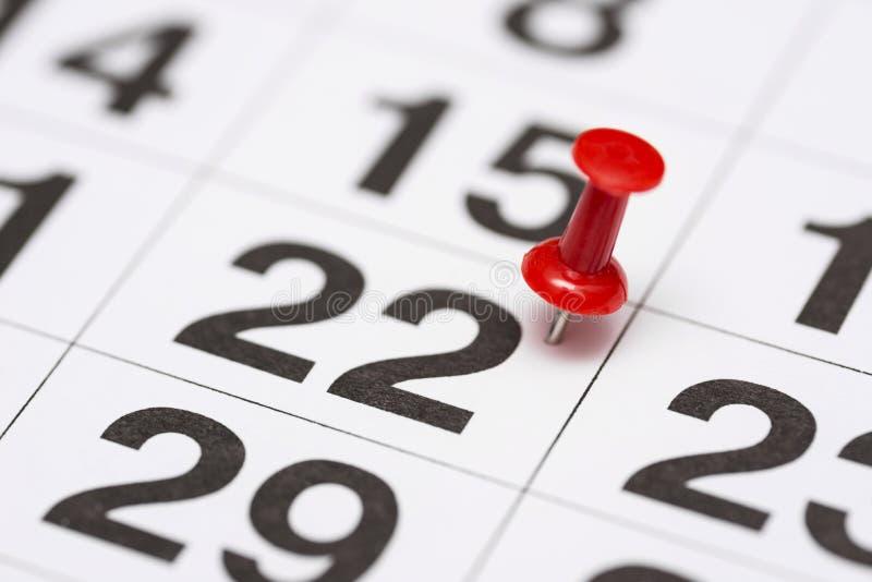 Pin na data número 22 O segundo dia vinte do mês é identificado por meio de um percevejo vermelho Pin no calendário imagem de stock
