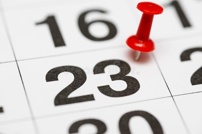 Pin na data número 23 O vigésimo terceiro dia do mês é identificado por meio de um percevejo vermelho Pin no calendário fotos de stock