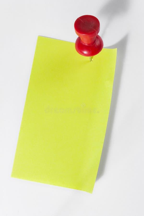 Pin rojo en Postie imagen de archivo