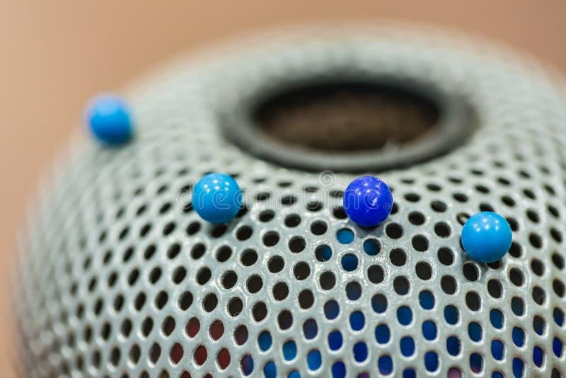 Pin-Sammelbüchse mit blauen Stiften von der Bürotischnahaufnahme lizenzfreie stockfotos