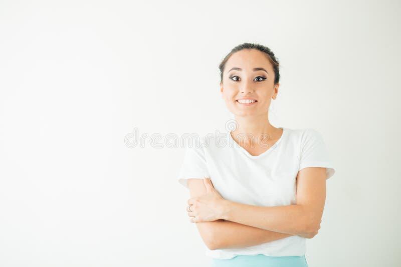 Pin sorprendido encima de la muchacha que mira la cámara en el fondo blanco fotografía de archivo libre de regalías