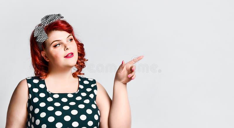 Pin su un ritratto femminile Bella retro donna grassa in vestito dal pois con le labbra rosse ed il taglio di capelli antiquato fotografia stock libera da diritti