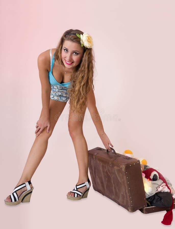 Pin sulla donna che tira i suoi bagagli immagine stock