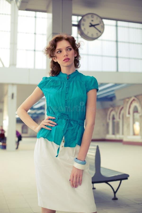 Pin-up-Girl auf Bahnhof lizenzfreie stockbilder
