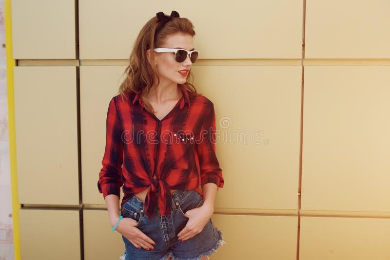 Pin-up-Girl auf der Straße stockbilder