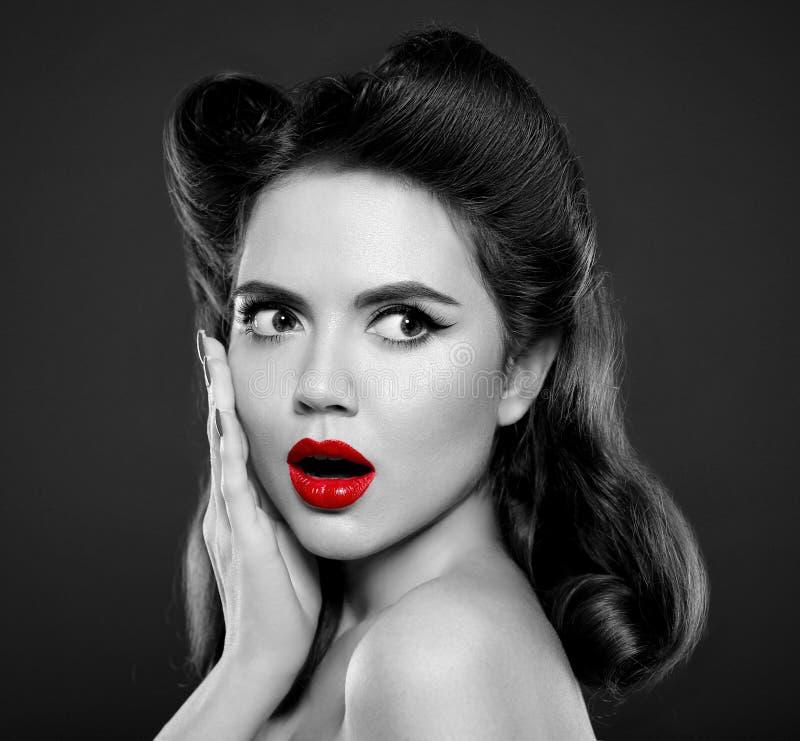 Pin vers le haut de fille avec les lèvres rouges Émotion d'expressions de visage de wow Rétro v photo libre de droits