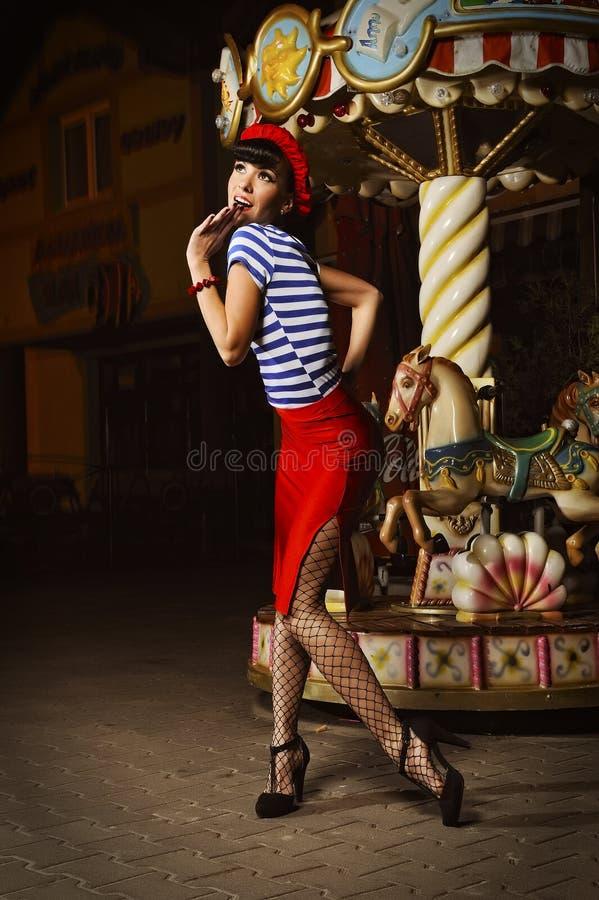 Pin vers le haut de fille et de carrousel photographie stock libre de droits