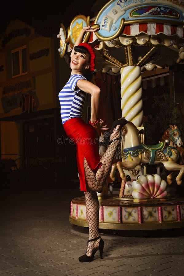 Pin vers le haut de fille et de carrousel photographie stock