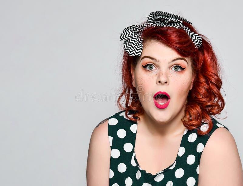 Pin vers le haut de portrait de femme Belle r?tro femelle dans la robe de point de polka avec les l?vres et les ongles rouges de  photographie stock