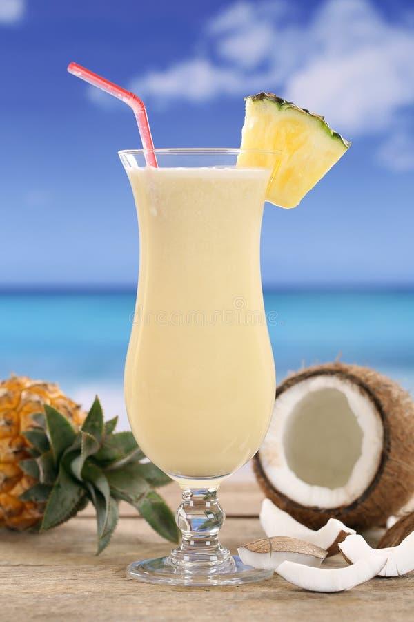 Pina Colada鸡尾酒用在海滩的果子 图库摄影