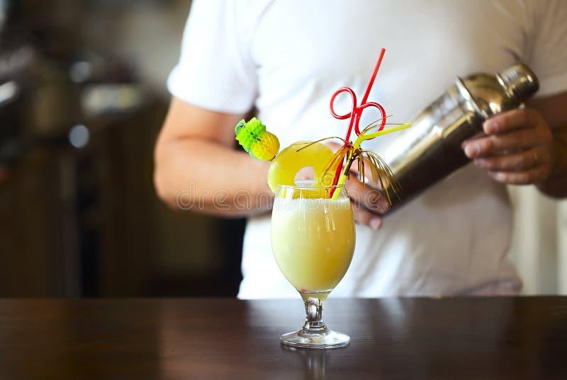Pina Colada Cóctel amarillo del alcohol con la piña, limón, vodka fría llenada de hielo machacado en un vidrio de cócteles hermos imagen de archivo