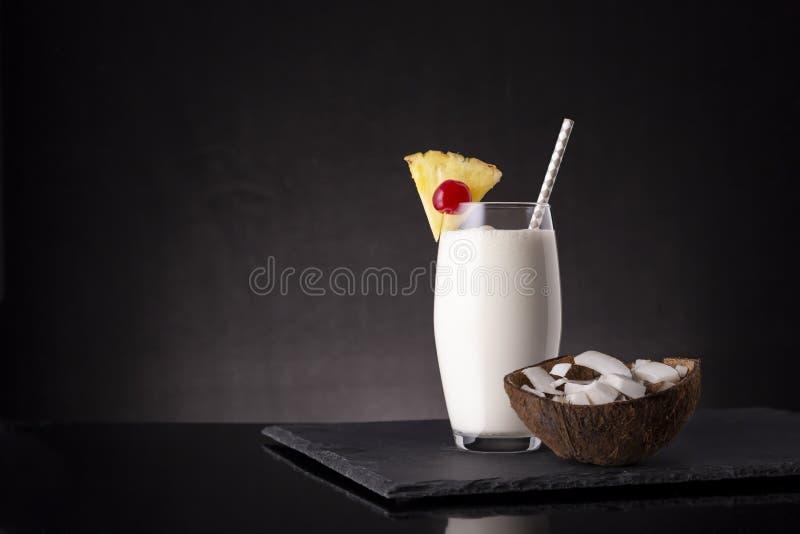 Pina Colada Cocktail dans un verre de highball images libres de droits