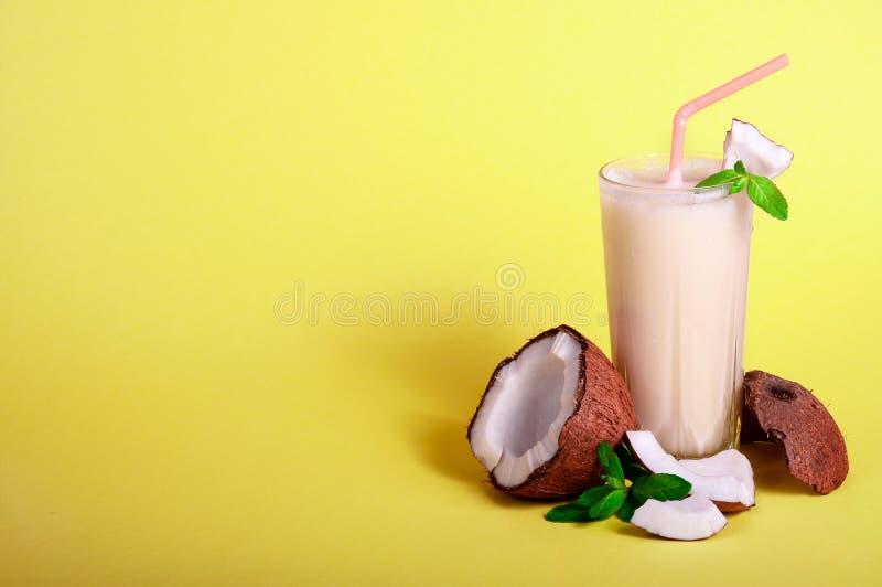 Pina Colada - cocktail tropicale con il succo, il latte di cocco ed il rum di ananas Bevanda fresca di estate su fondo giallo fotografia stock libera da diritti