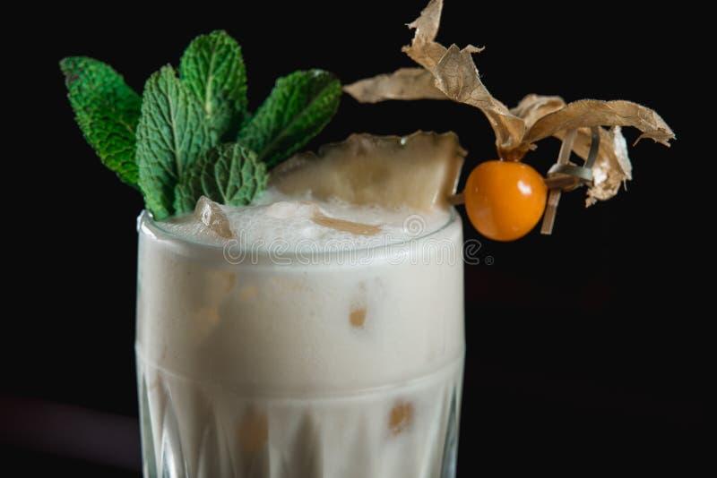 Pina Colada koktajl przykładny tropikalny mieszany napój z rumu, ananasa i koksu odciekiem, zdjęcia royalty free
