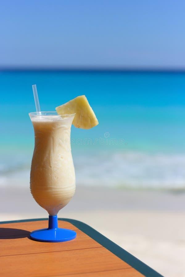 Pina Colada na praia tropical fotos de stock