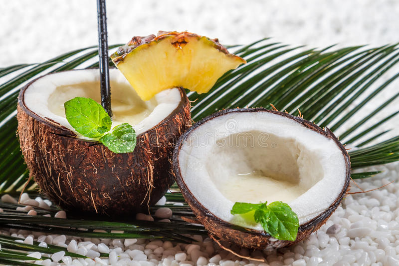 Pinacolada Getränk in der frischen Kokosnuss stockfotos