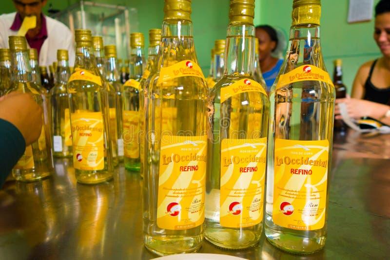 PINAR DEL RIO, CUBA - 13 DE SETEMBRO DE 2015: Fábrica alcoólica dos beberages de Guayabita no centro de cidade imagem de stock