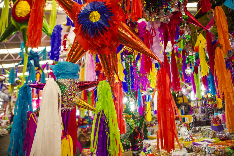 Pinatas w rynku obrazy stock