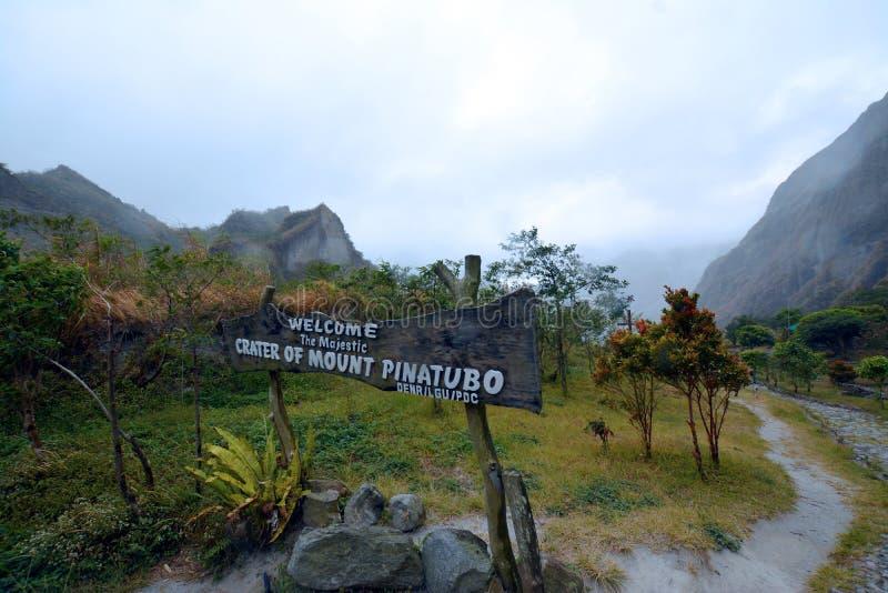 Pinatubo krater sjö arkivbilder