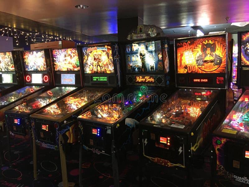 Pinbalmachines in een arcade royalty-vrije stock afbeeldingen