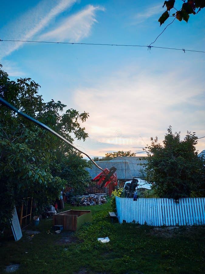 Pince à linge colorée aux pinces à linge de yard sur la corde photographie stock libre de droits