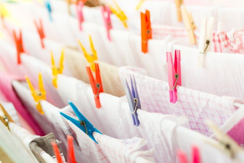 Pince à linge colorée avec des serviettes de cuisine dehors photos stock