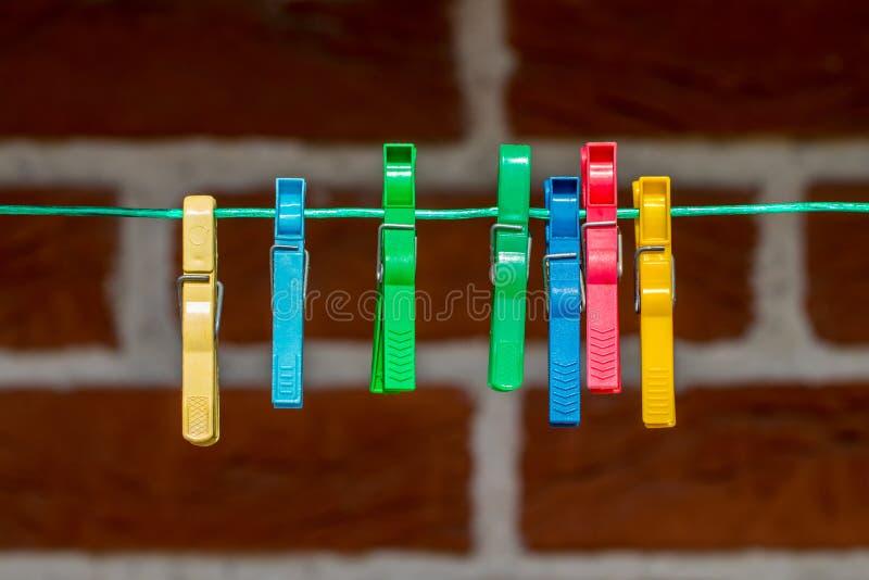 Pince à linge colorée, pinces à linge sur la fin de corde  images libres de droits