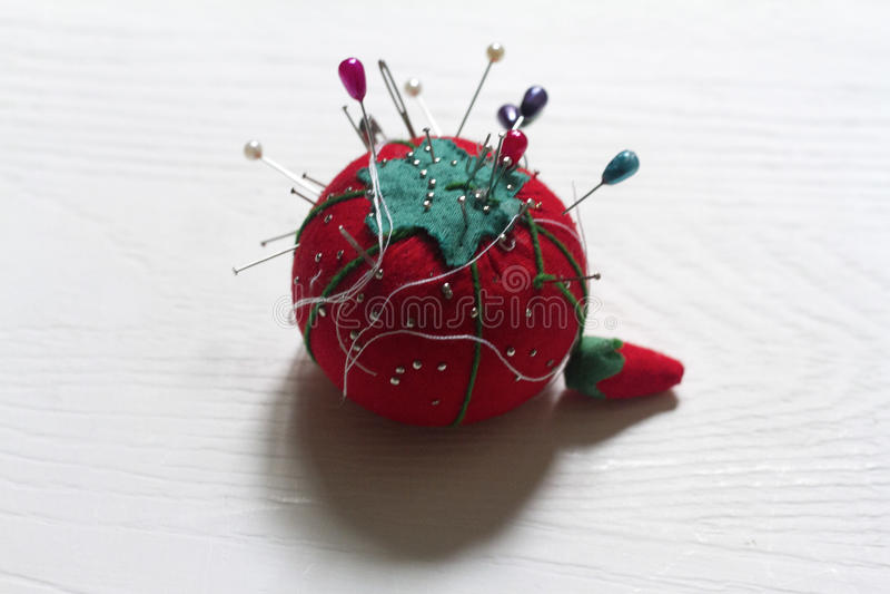 pince en forme de tomate avec le pinz image stock